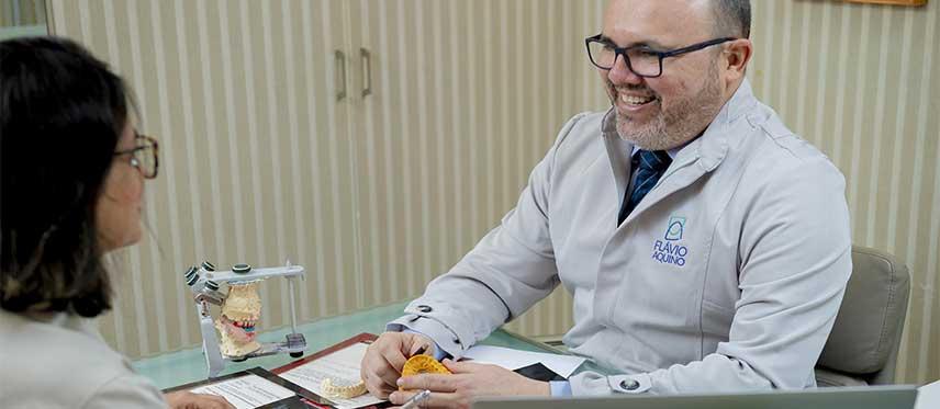 Dr. Flávio Aquino, Dentista de Próteses e Implantes Dental em Maceió - AL, realizando reabilitações Avançadas.